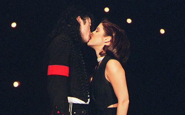 Michael Jackson Kisses Wife Lisa Marie Presley, 1994 VMAs