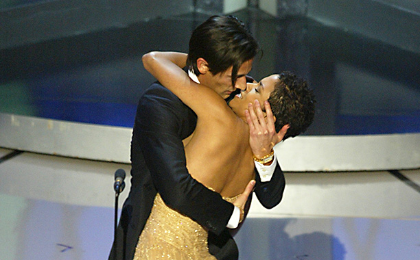 Adrien Brody Goes in For a Sloppy Kiss With Halle Berry, 2002 Oscars
