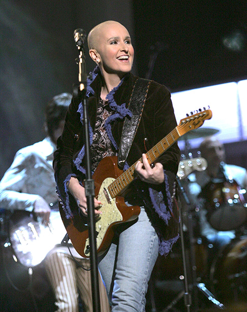 Melissa Etheridge Makes Her First Appearance With Her Bald Head While Fighting Cancer, 2005 Grammys