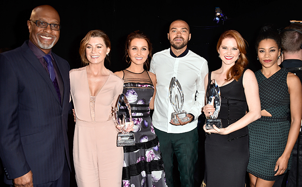 Jesse Williams With James Pickens Jr., Ellen Pompeo, Kelly McCreary, Sarah Drew, and Camilla Luddington at the 41st Annual People's Choice Awards on January 7, 2015