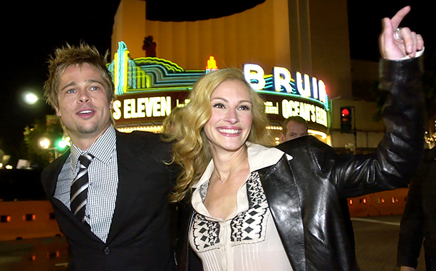 """GALLERY: 'Ocean's Eleven' Premiere: ALL CROPS AP_01120502712.jpg """"Ocean's Eleven"""" cast members Julia Roberts, right, and Brad Pitt acknowledge fans after they arrived to the premiere of the film Wednesday, Dec. 5, 2001"""