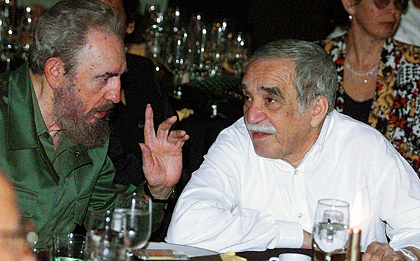 ALL CROPS: 51425718 an President Fidel Castro (L) talks with the Colombian Nobel Laureate of Literature, Gabriel Garcia Marquez, during a dinner at the closing of the Cuban Cigars Festival in Havana, Cuba, 04 March 2000