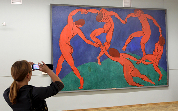"""GALLERY: La La Land influences: GettyImages-102219956.jpg A visitor takes a picture of the painting """"Dance"""" by Henri Matisse at the State Hermitage museum on June 19, 2010 in St. Petersburg, Russia"""