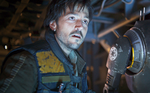 All Crops: Rogue One: A Star Wars Story..L to R: Cassian Andor (Diego Luna) and K-2SO (Alan Tudyk) ..Ph: Film Frame ILM/Lucasfilm.© 2016 Lucasfilm Ltd. All Rights Reserved.