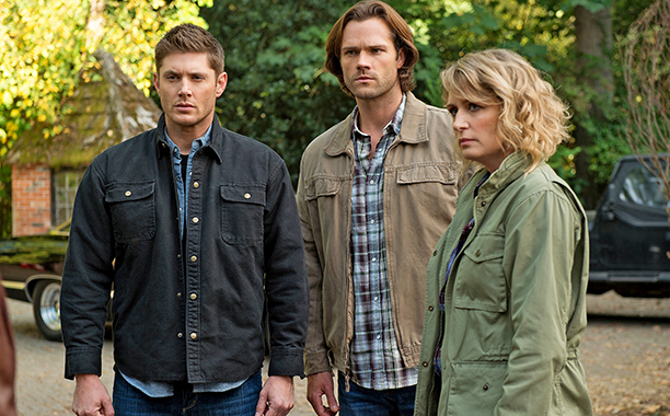 """ALL CROPS: Supernatural -- """"Celebrating the Life of Asa Wilder"""" -- SN1206b_0114.jpg -- Pictured (L-R): Jensen Ackles as Dean, Jared Padalecki as Sam and Samantha Smith as Mary Winchester -- Photo:"""