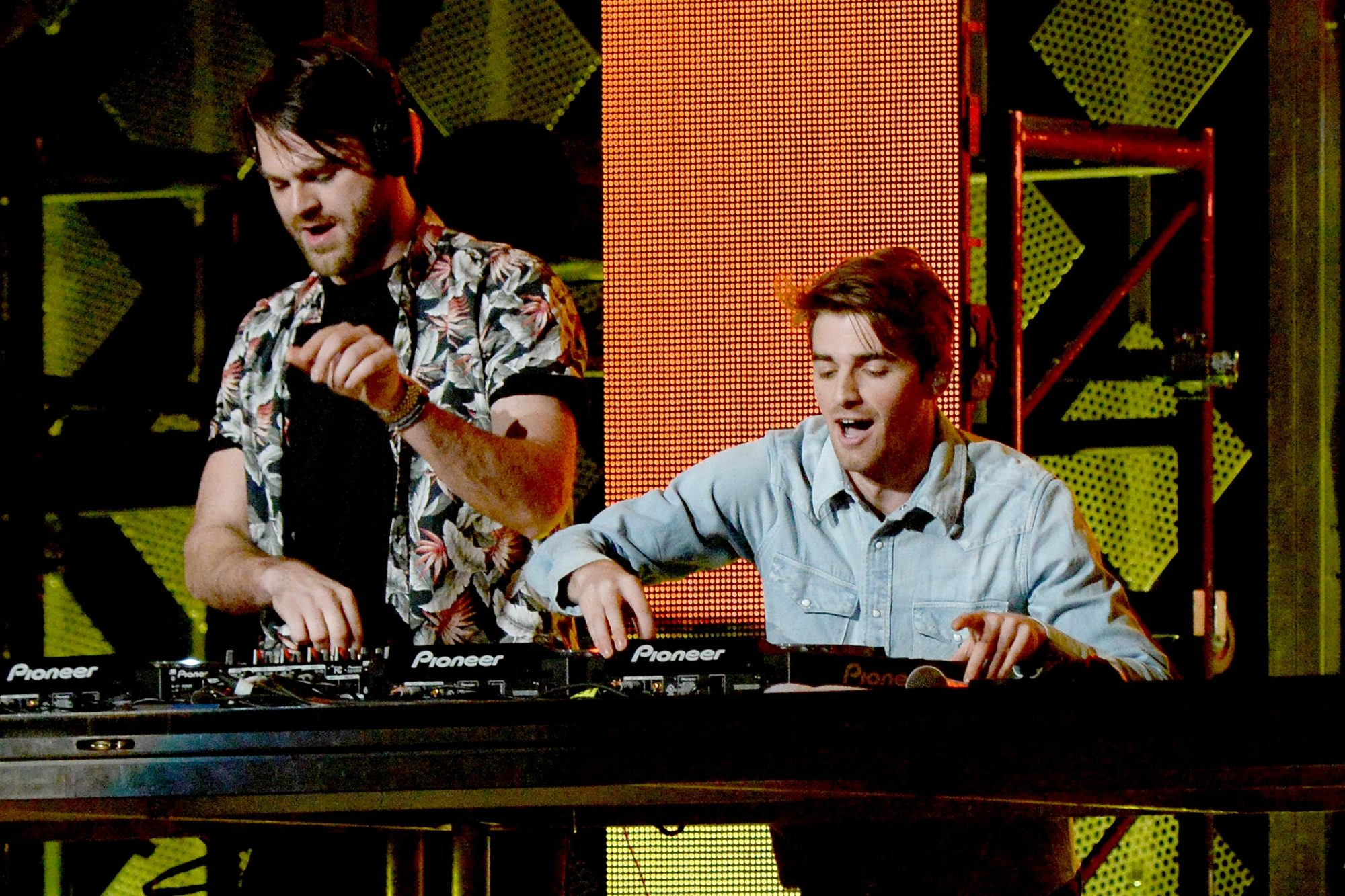 chainsmokers-performing