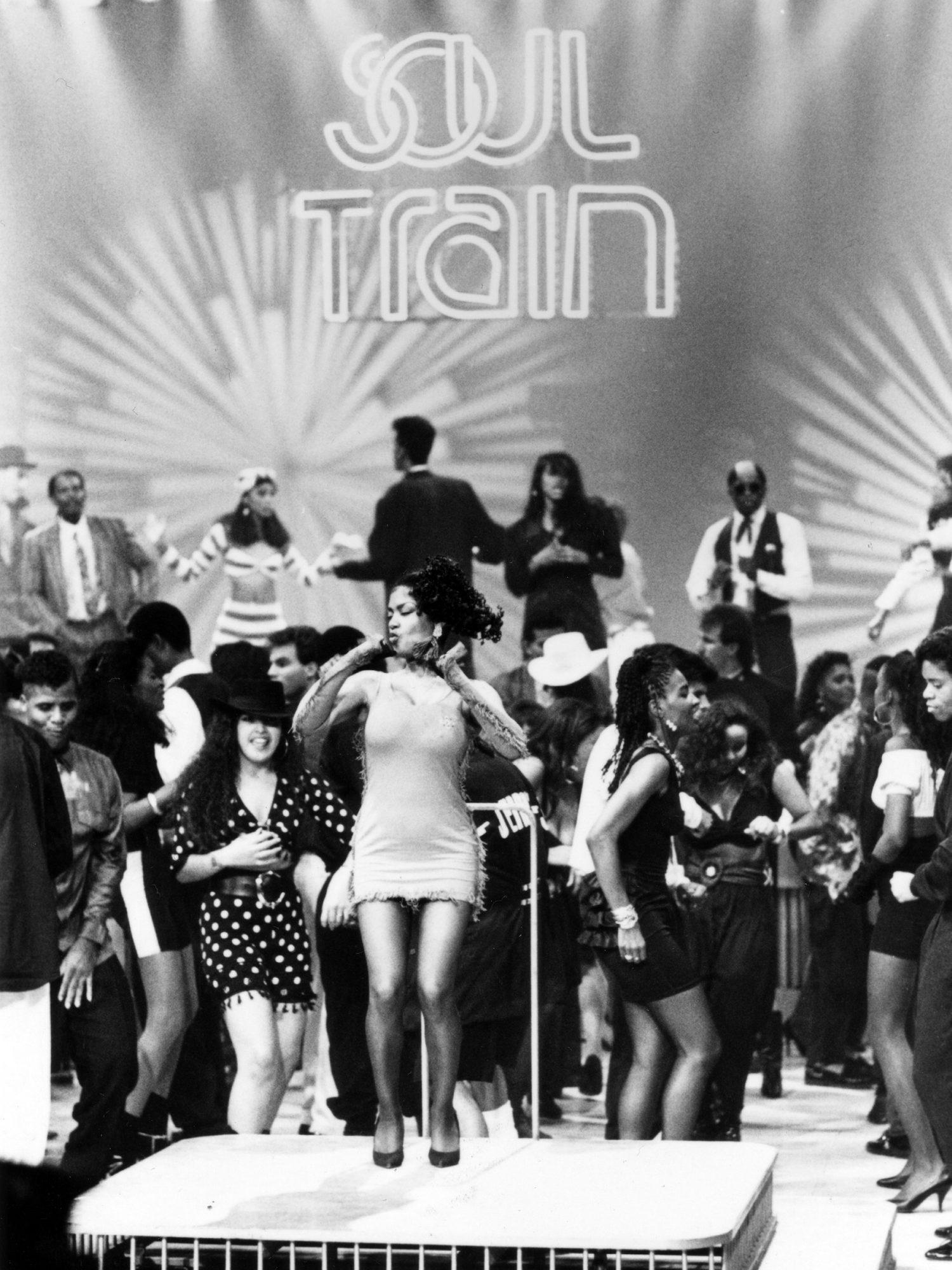 SOUL TRAIN, Season 20, 1990. 1971-. (c) Tribune Entertainment/ Courtesy: Everett Collection.