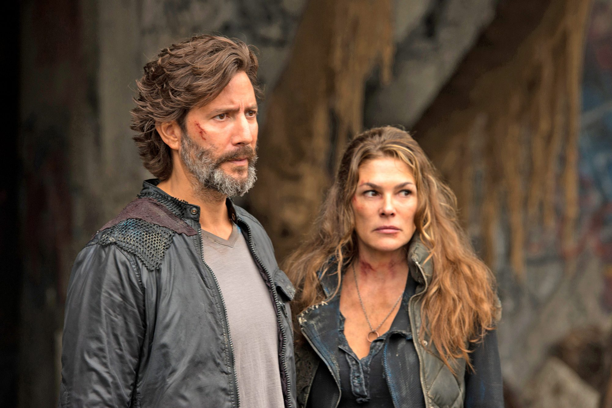"""The 100 -- """"Echoes"""" -- Image HU401a_0148 -- Pictured (L-R): Henry Ian Cusick as Kane and Paige Turco as Abby -- Credit: Diyah Pera/The CW -- © 2016 The CW Network, LLC. All Rights Reserved"""