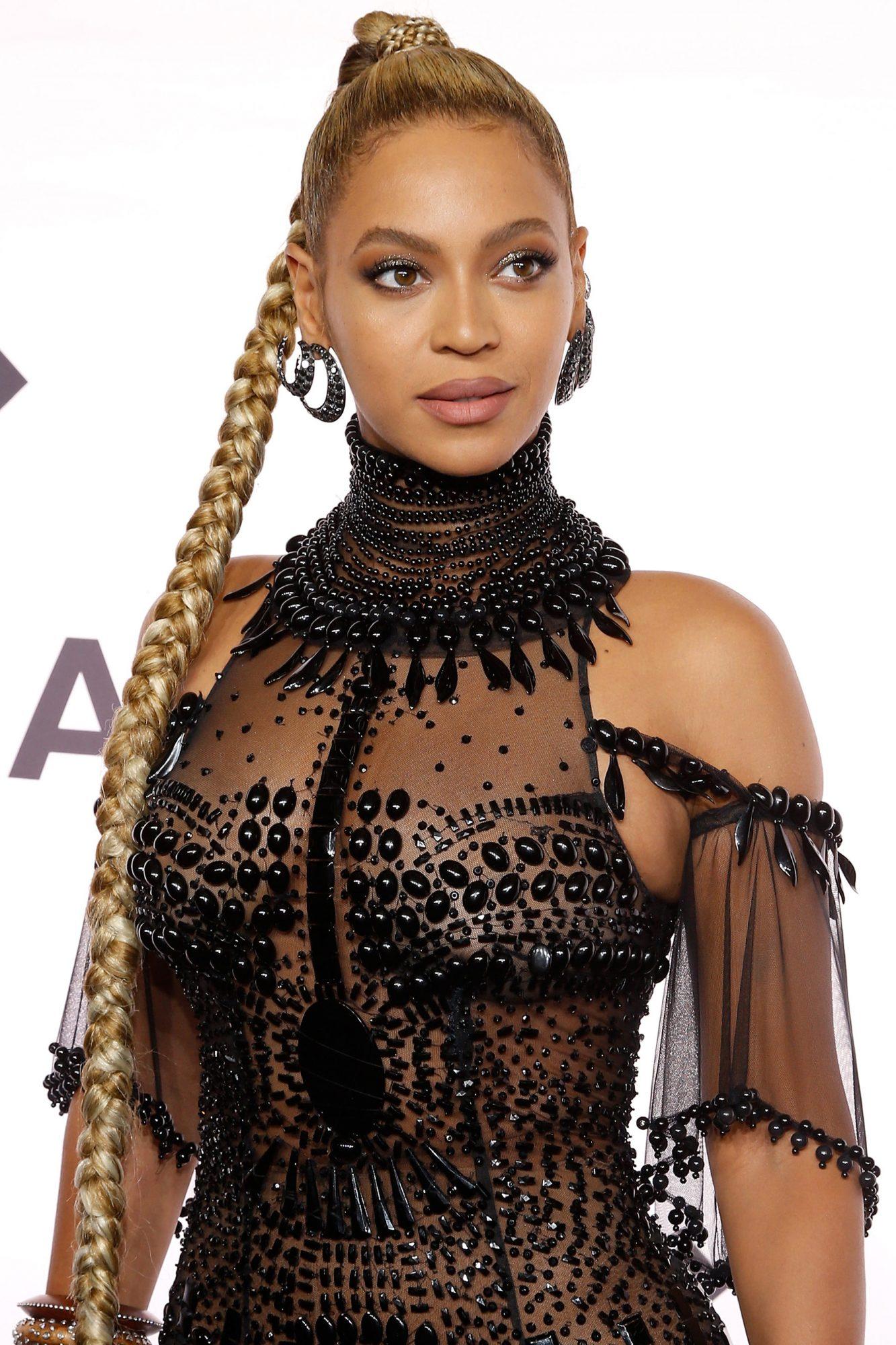 Beyonce announces pregnancy and breaks internet