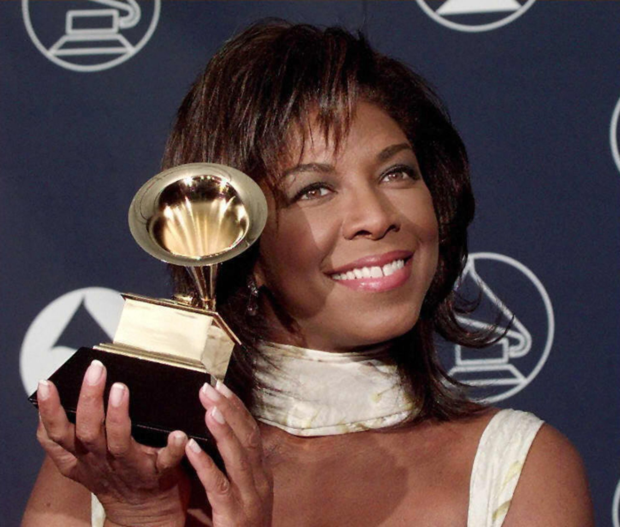 Natalie Cole poses with her Grammy Award 26 feruar