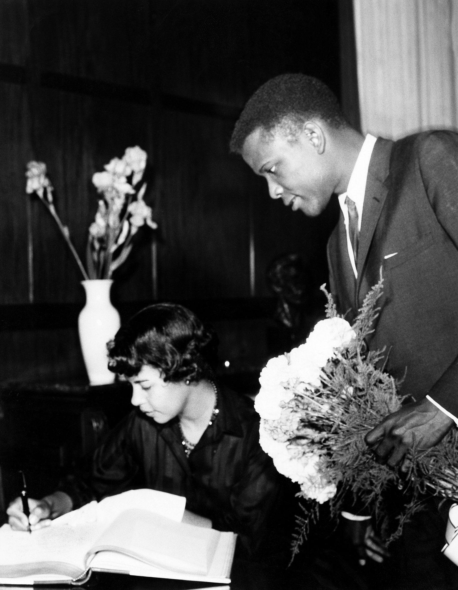 Sidney Poitier, Schauspieler, USA - tr?gt sich mit seiner Ehefrau Juanita in das Goldene Buch der Stadt Berlin ein