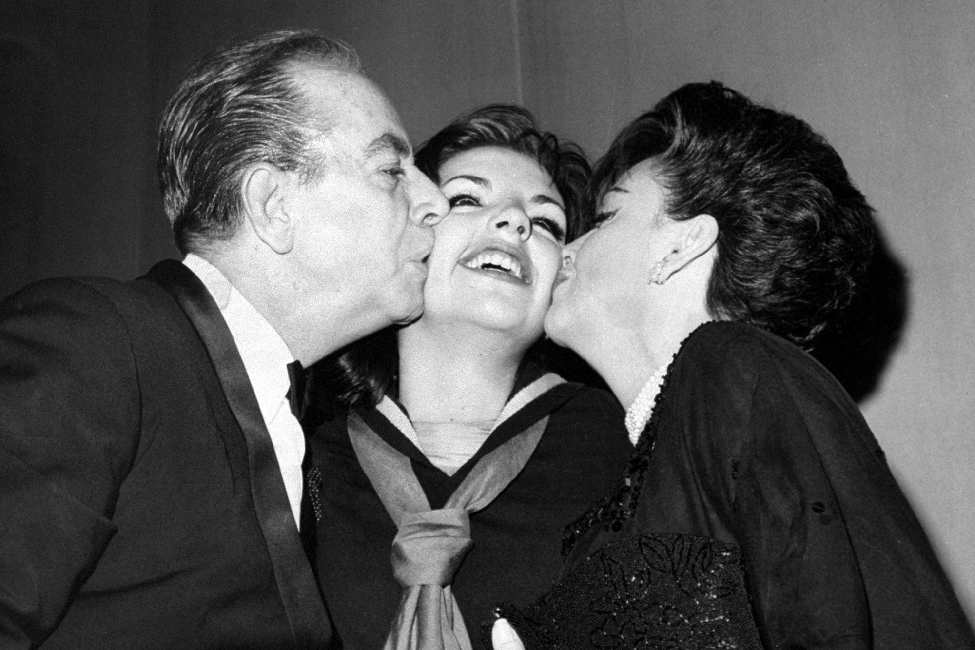 Liza Minnelli gets kisses from her father, movie director Vi