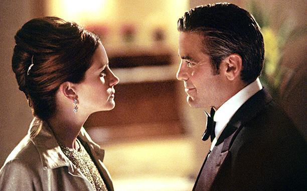 'Ocean's Eleven' - George Clooney and Brad Pitt cover Julia Roberts' hotel door in shaving cream