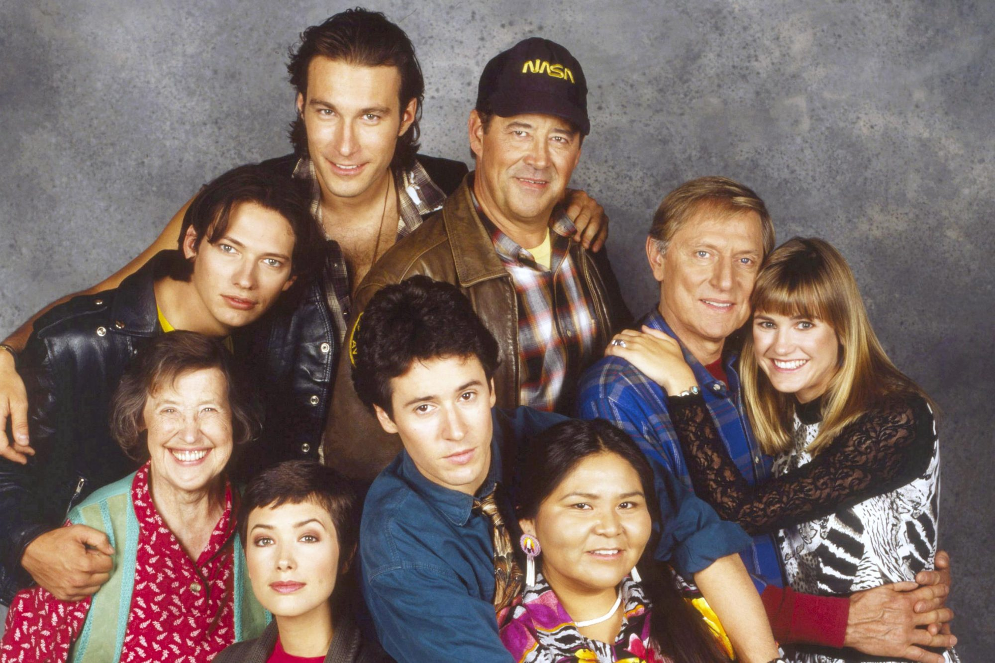 NORTHERN EXPOSURE, front from left: Peg Phillips, Janine Turner, Rob Morrow, Elaine Miles, rear
