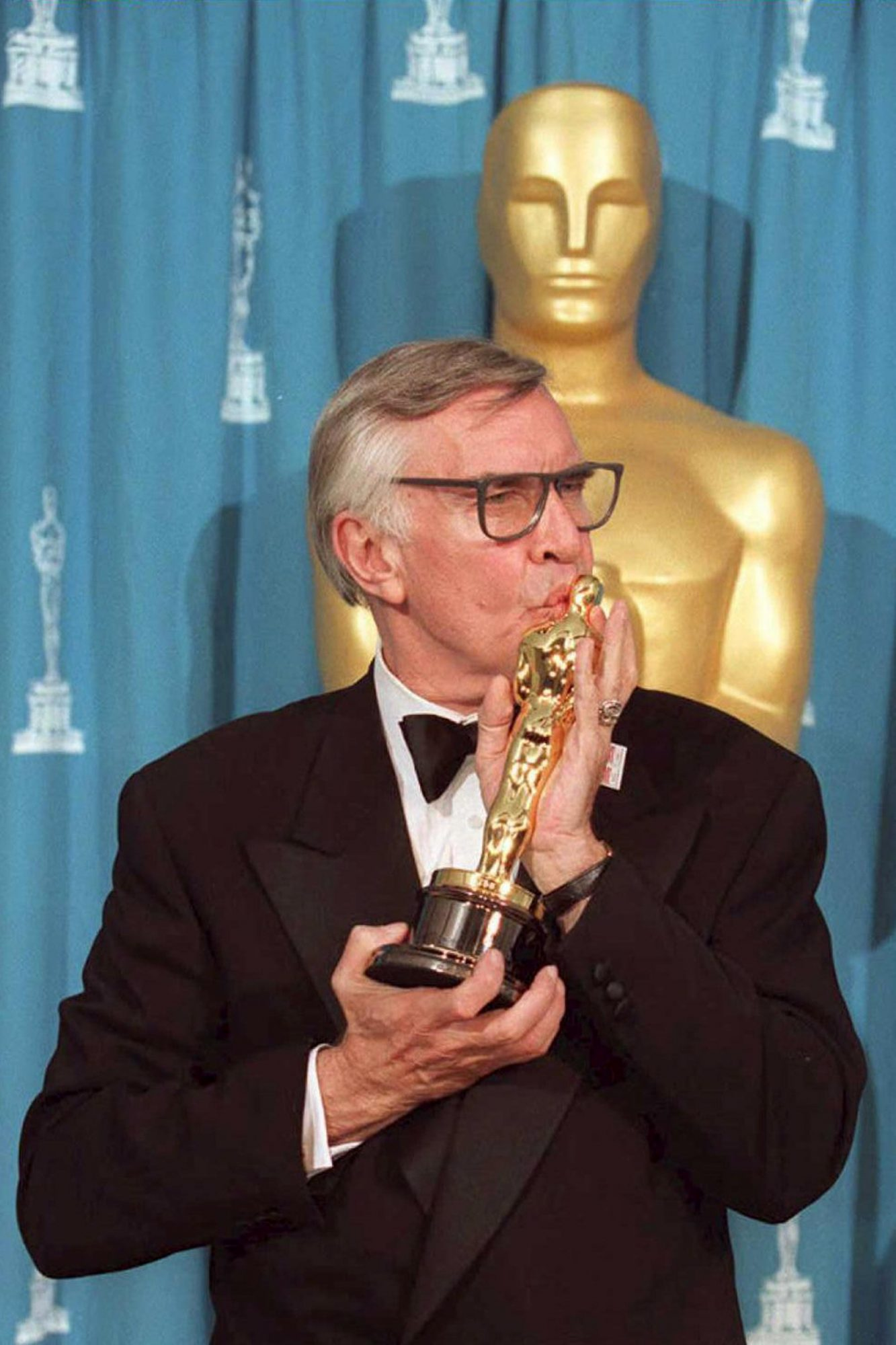 Veteran US actor Martin Landau kisses his Oscar 27