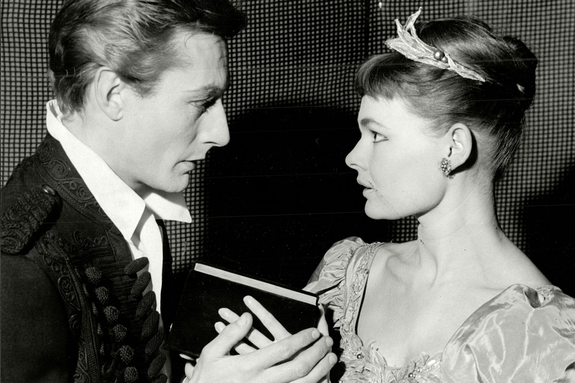 John Neville As Hamlet And Judi Dench As Ophelia In Play 'hamlet' At The Old Vic Theatre - 1957.