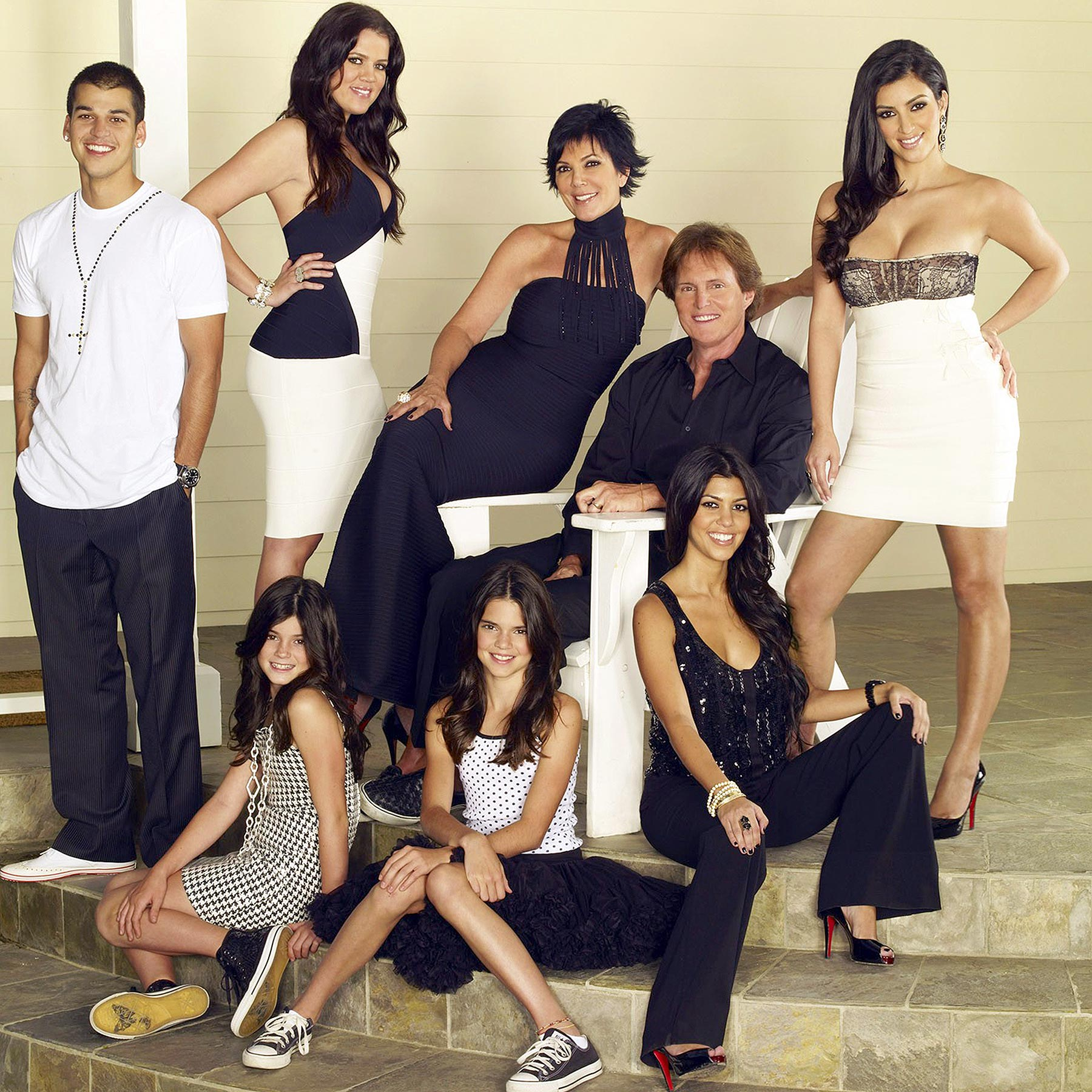 KEEPING UP WITH THE KARDASHIANS, (back row, from left): Robert Kardashian Jr., Khloe Kardashian, Kri