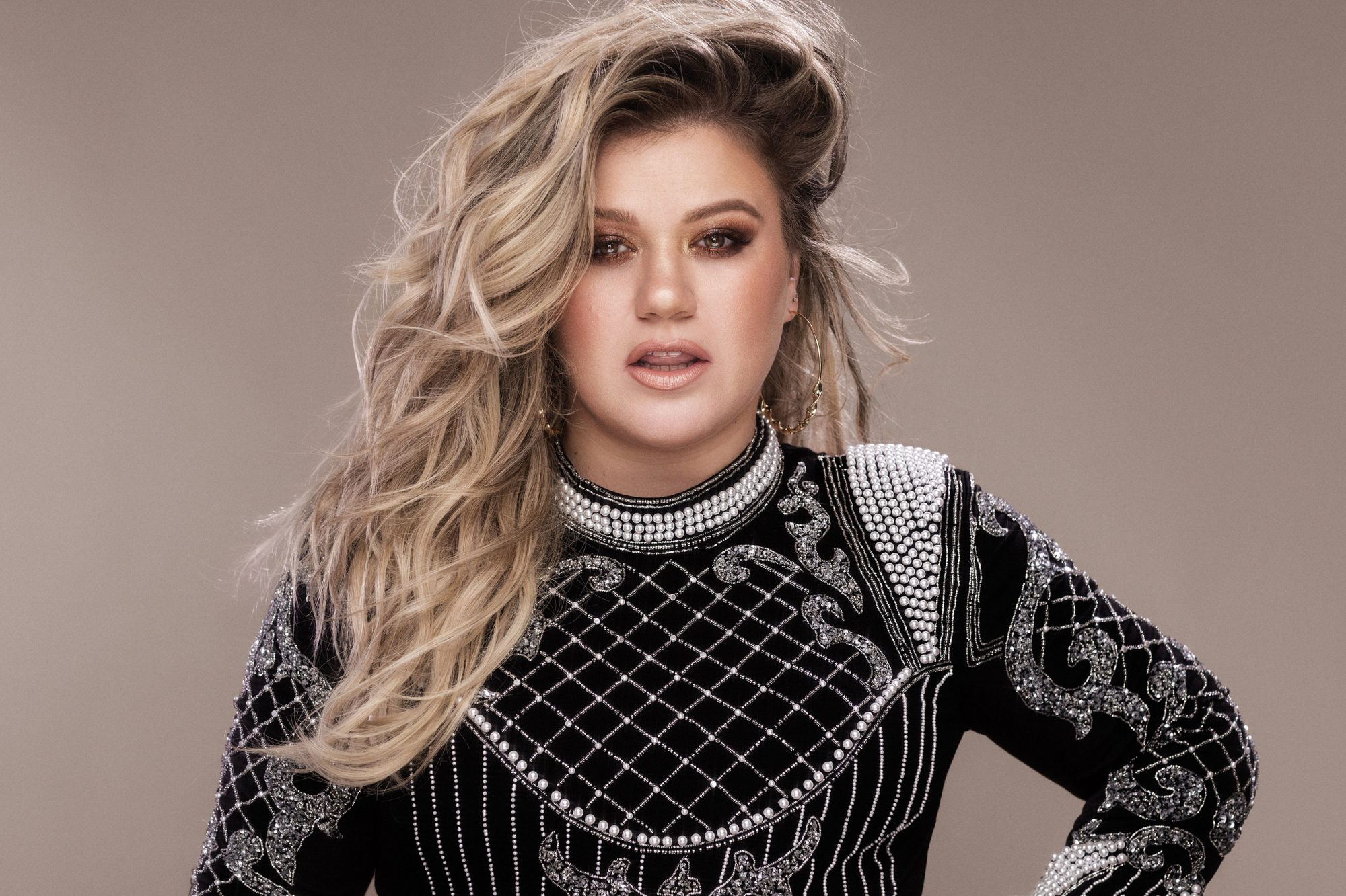 Kelly-Clarkson-005-high-res-credit-Vincent-Peters