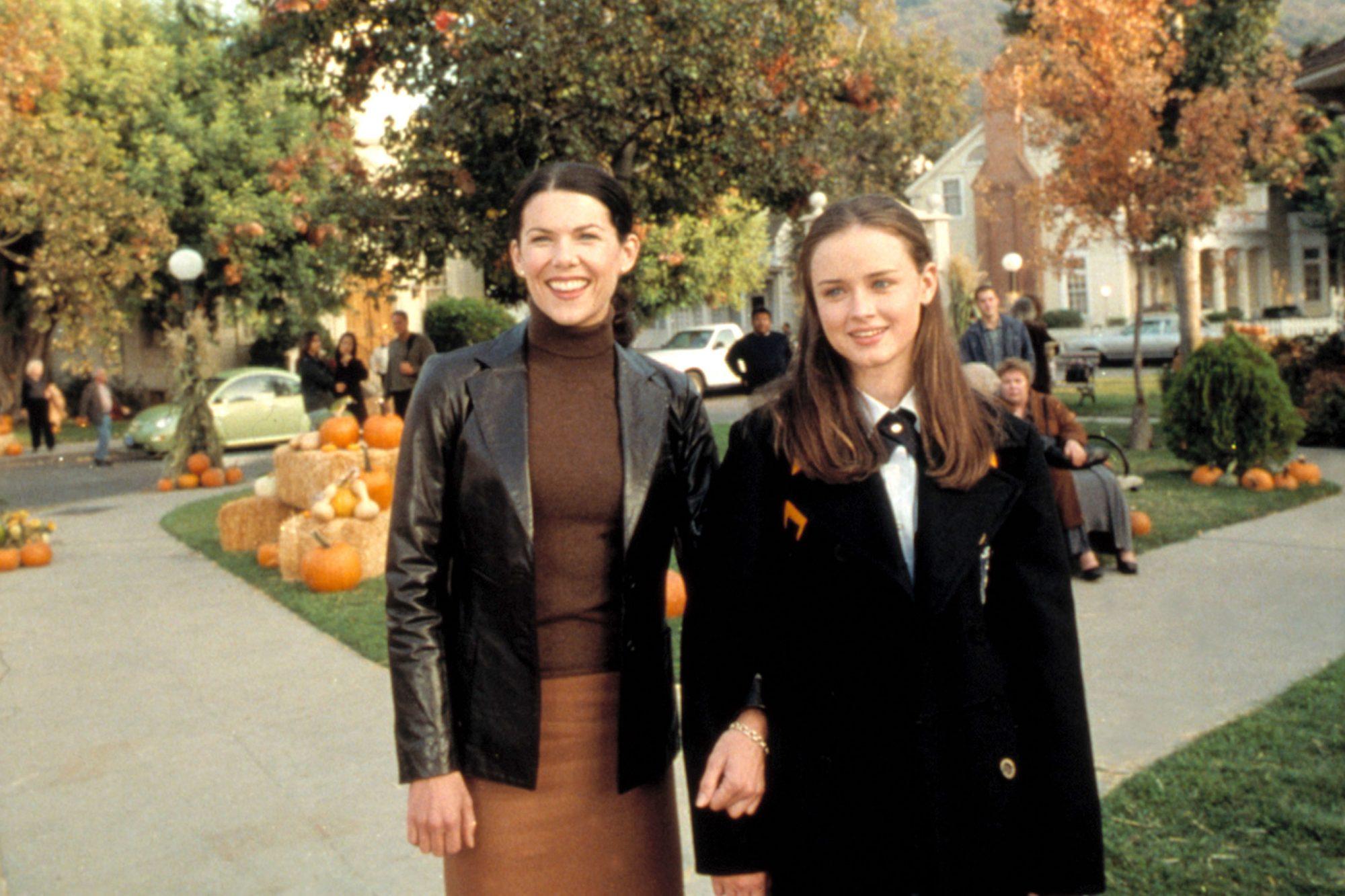 GILMORE GIRLS, Lauren Graham, Alexis Bledel, 'Kiss & Tell', (Season 1, episode 7, aired November 16,