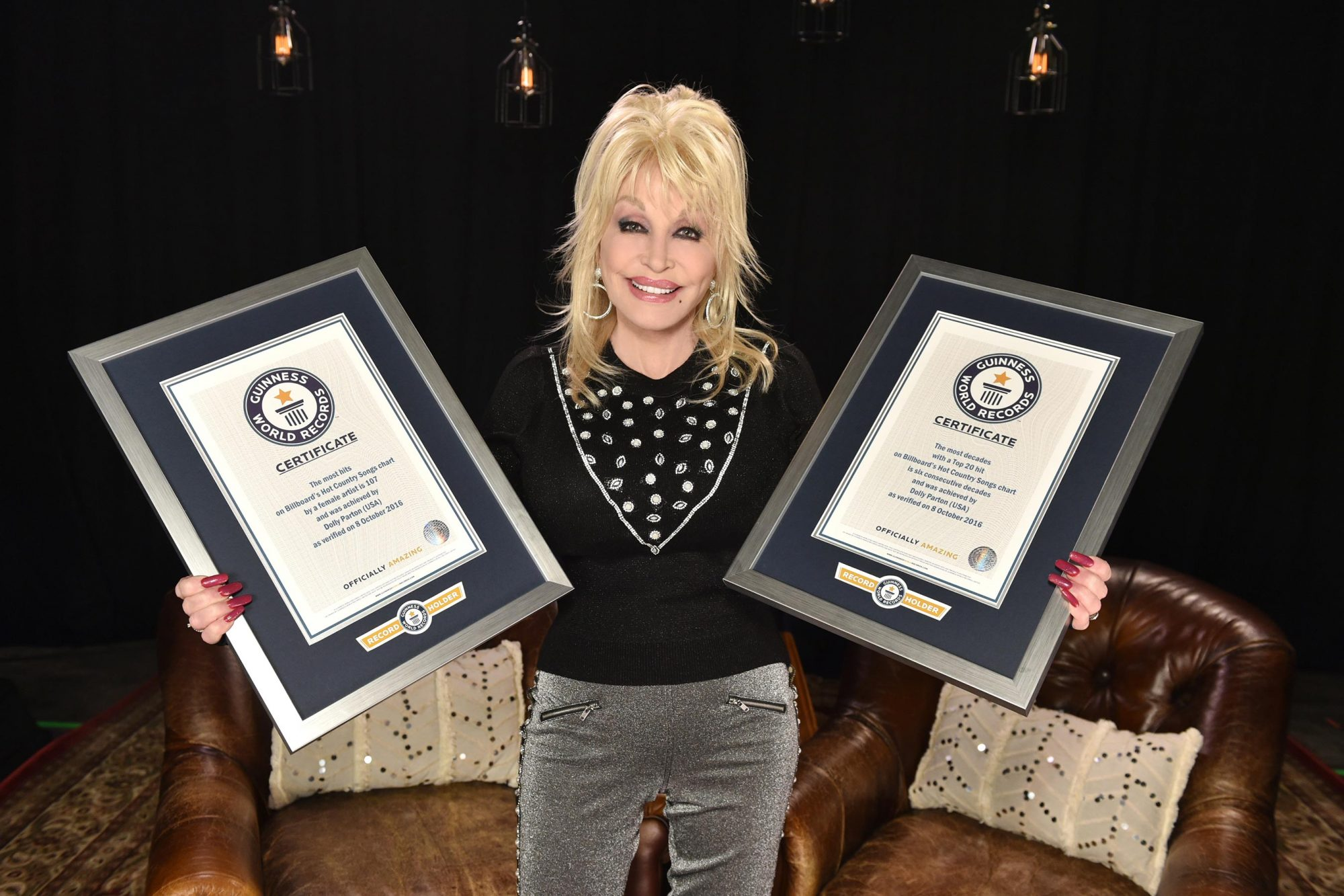 Guinness-World-Records-Honors-Dolly-Parton-(2)