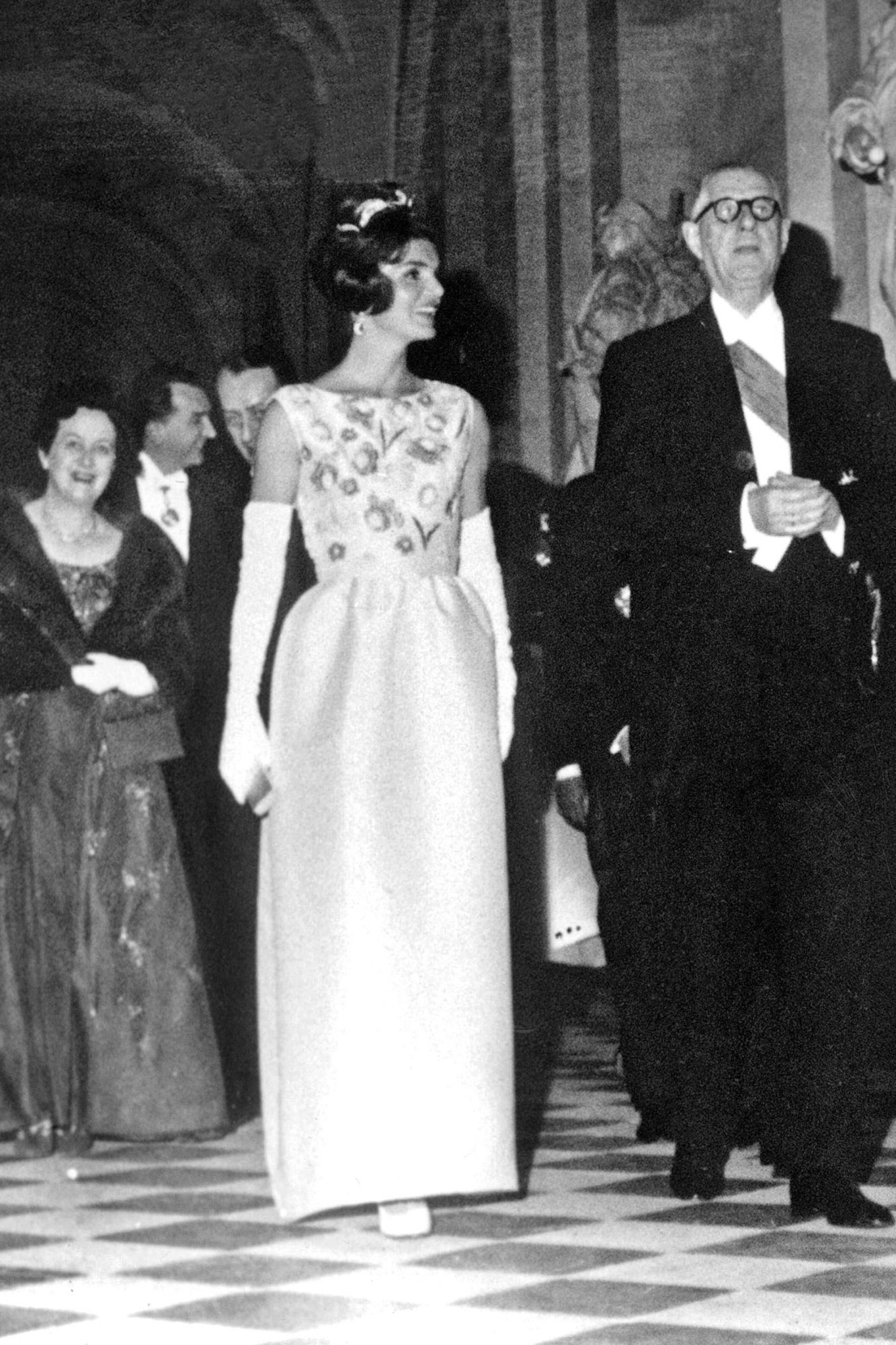 French President Charles de Gaulle (right) and Mrs. Yvonne de Gaulle (behind) with Jackie Kennedy (l