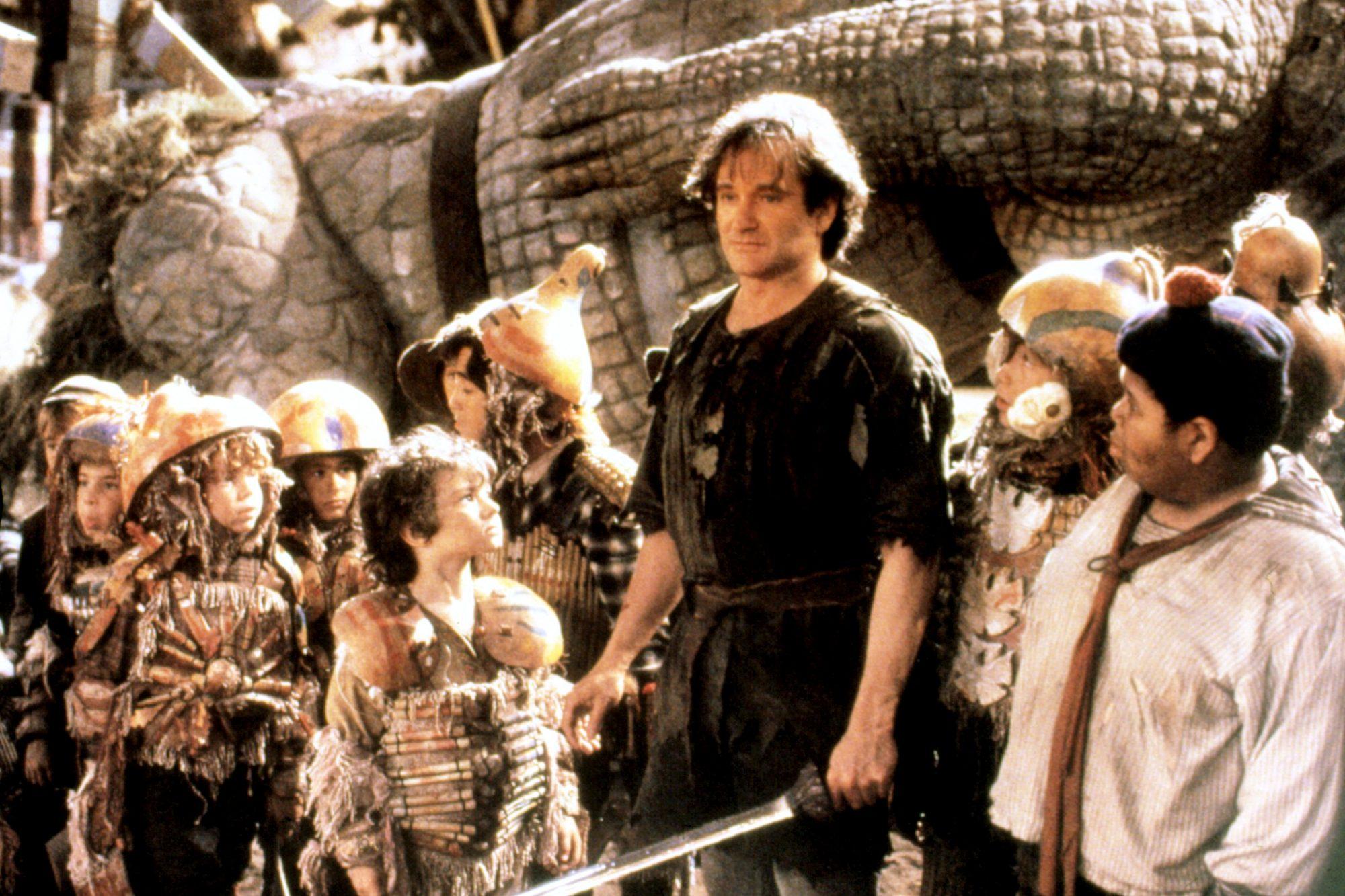 HOOK, Robin Williams (center), 1991