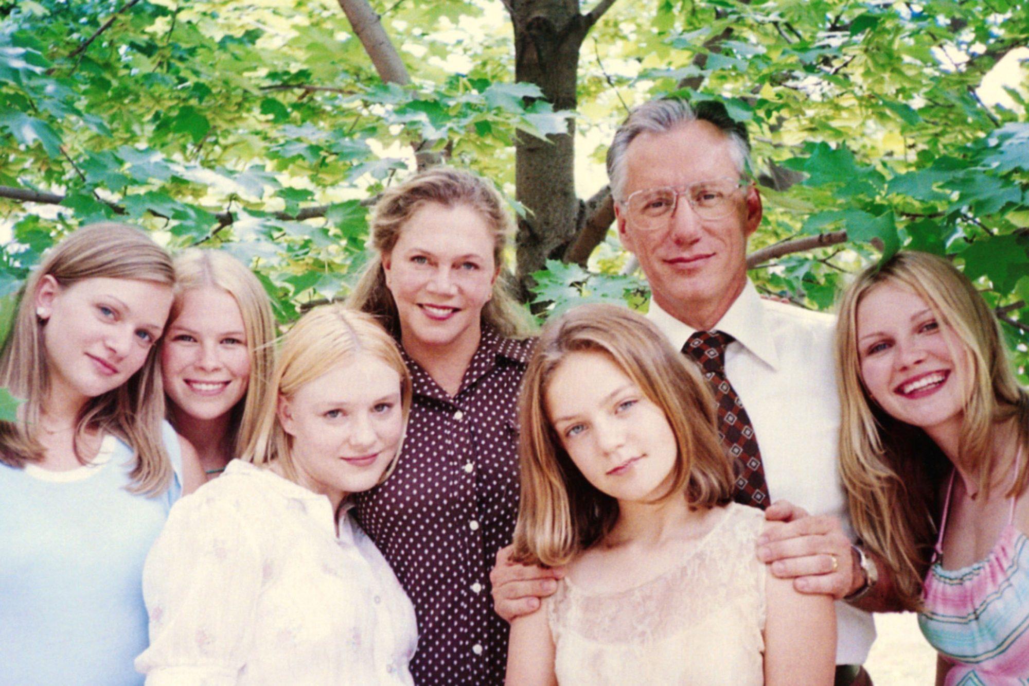 THE VIRGIN SUICIDES, from left: Hanna Hall, Leslie Hayman, Chelse Swain, Kathleen Turner, A.J. Cook,