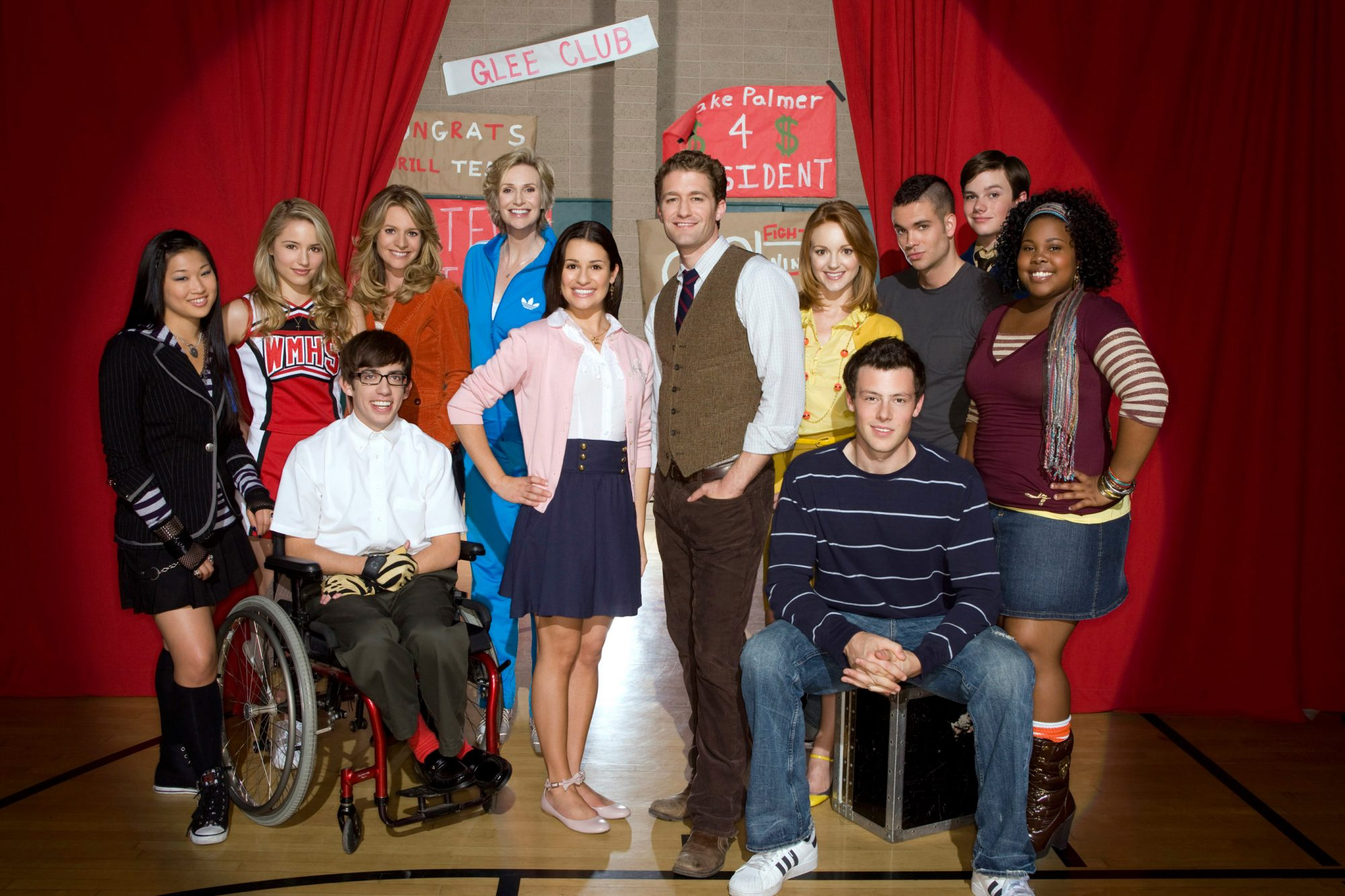 GLEE, (back, from left): Jenna Ushkowitz, Dianna Agron, Jessalyn Gilsig, Jane Lynch, Mark Salling, C