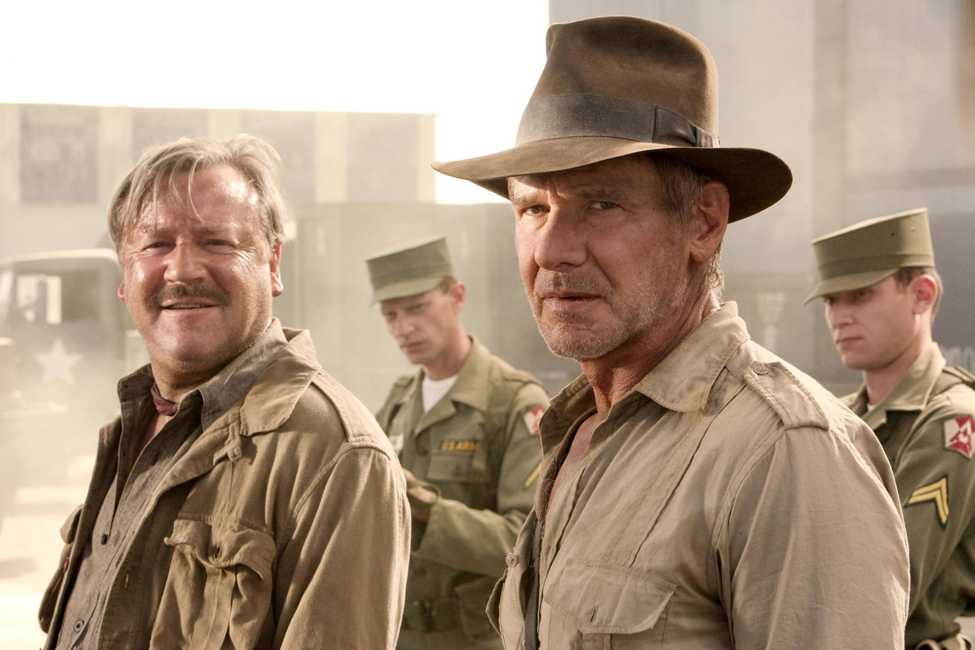 INDIANA JONES AND THE KINGDOM OF THE CRYSTAL SKULL, (aka INDIANA JONES 4), center: Ray Winstone, Har