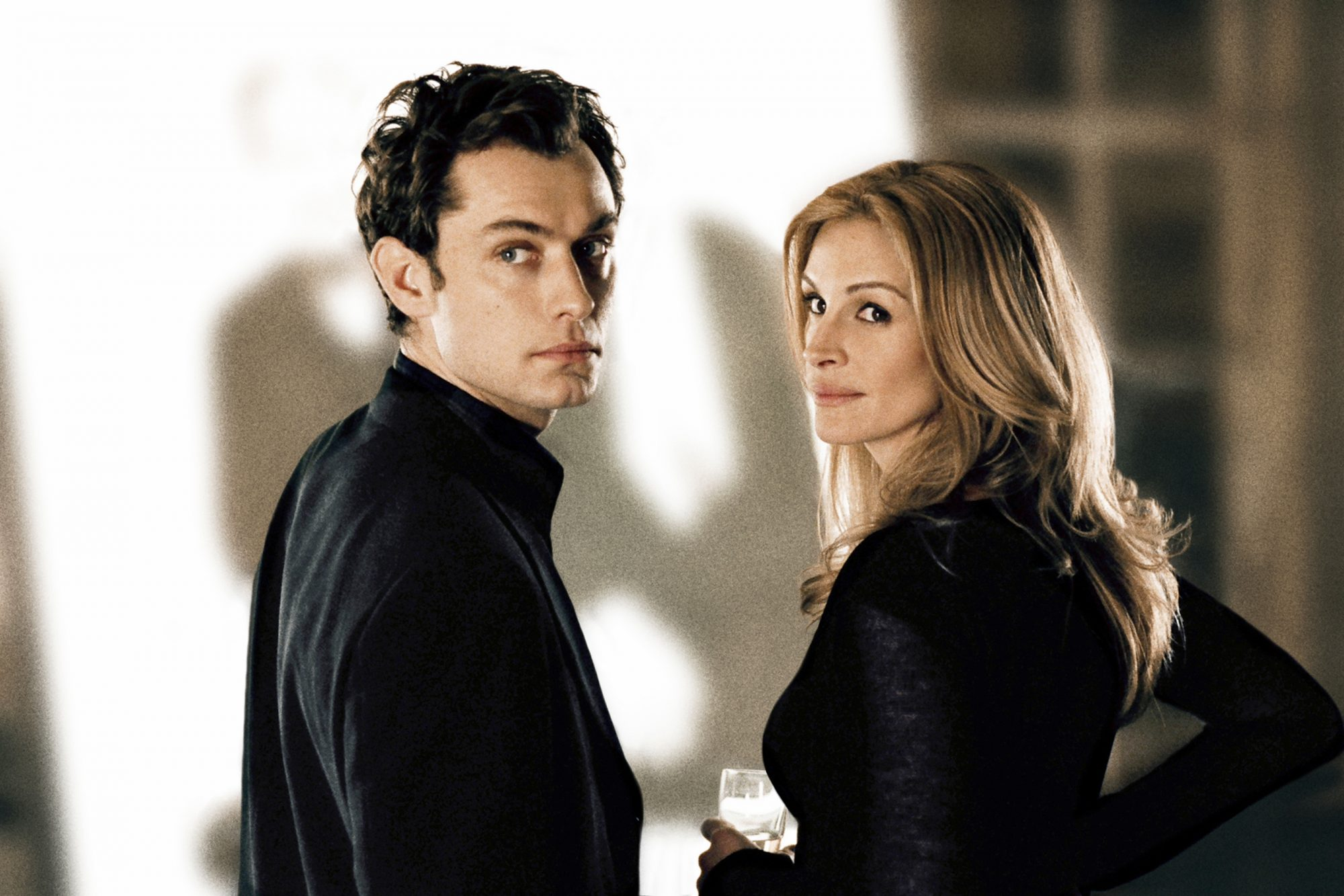 Closer (2004)Jude Law (l) and Julia Roberts