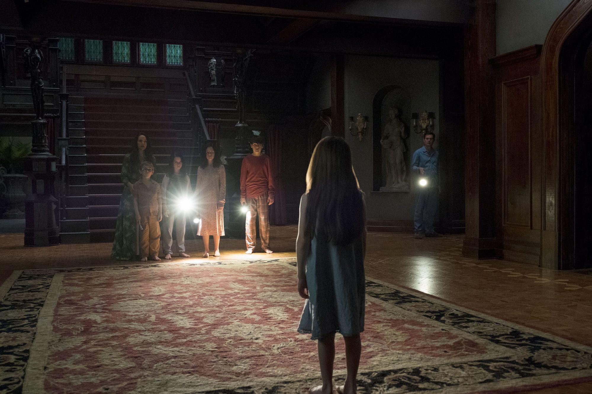 Haunting Of Hill House Creator On Burning Questions Clues Season 2 Ew Com