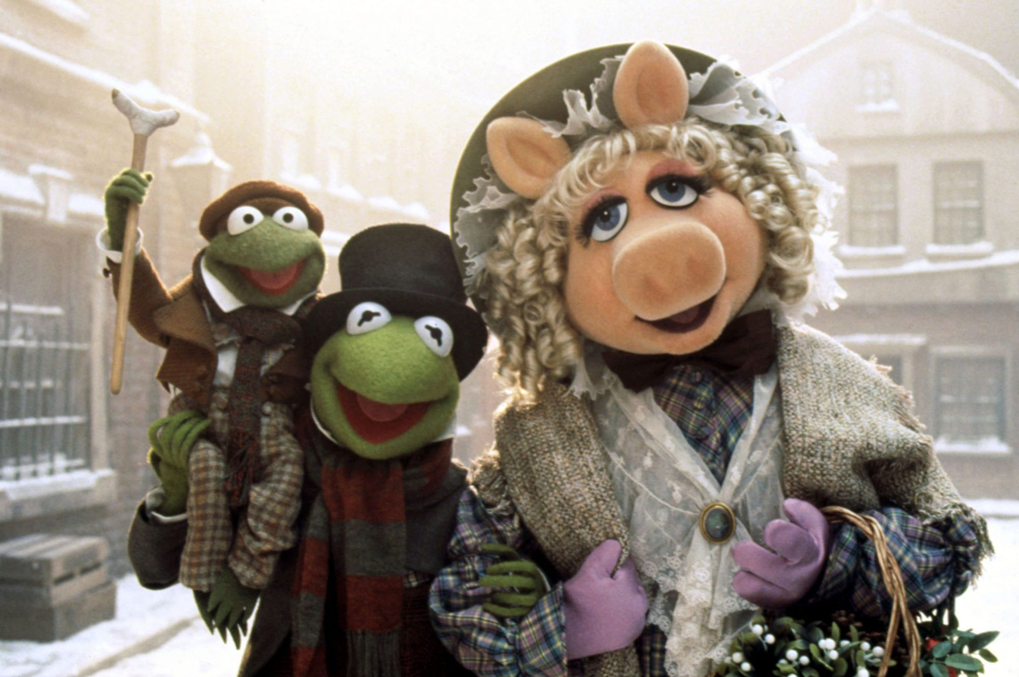 THE MUPPET CHRISTMAS CAROL, Tiny Tim, Kermit the Frog, Miss Piggy, 1992, © Walt Disney Television  /