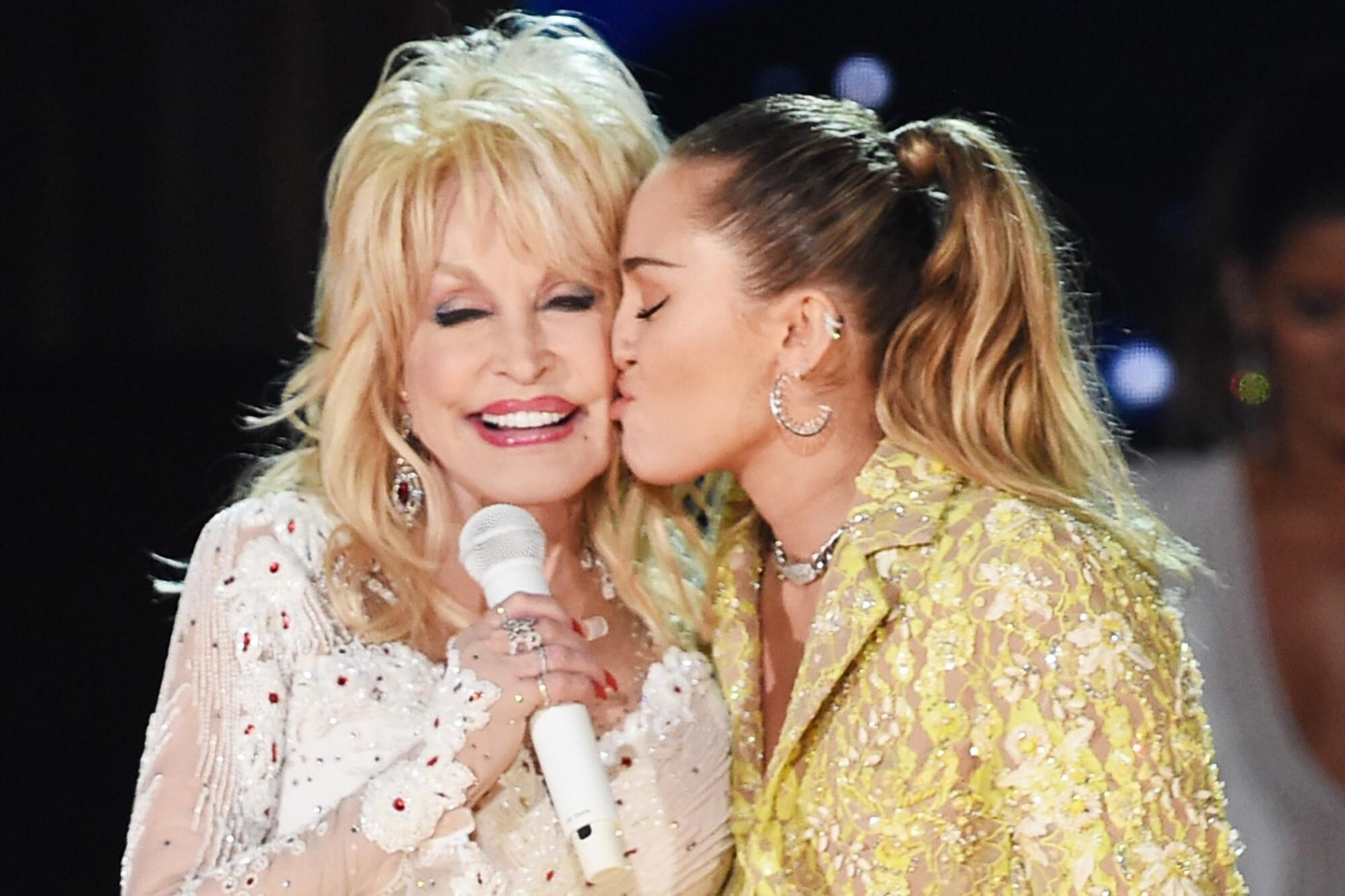 2019 Grammys Dolly Parton Tribute Includes Miley Cyrus And Katy Perry Ew Com