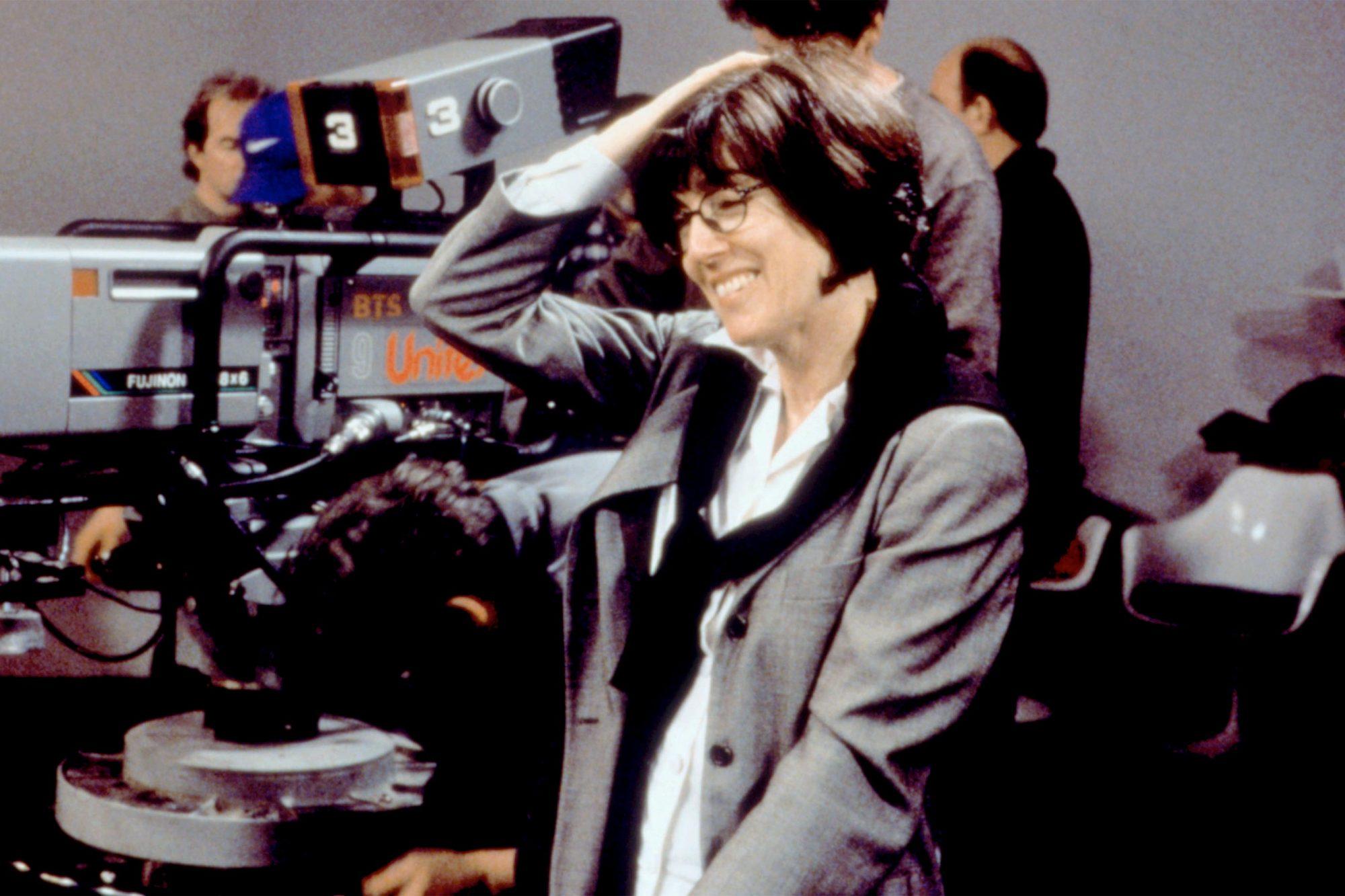 YOU'VE GOT MAIL, Director Nora Ephron, on set, 1998. (c) Warner Bros./ Courtesy: Everett Collection.