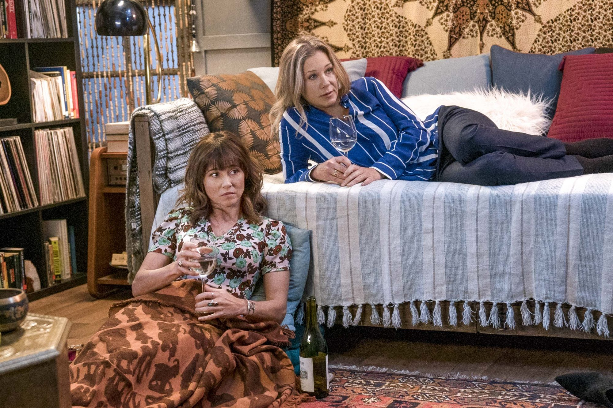 DEAD TO ME Season 1, Episode 6 Linda Cardellini and Christina Applegate CR: Saeed Adyani/Netflix