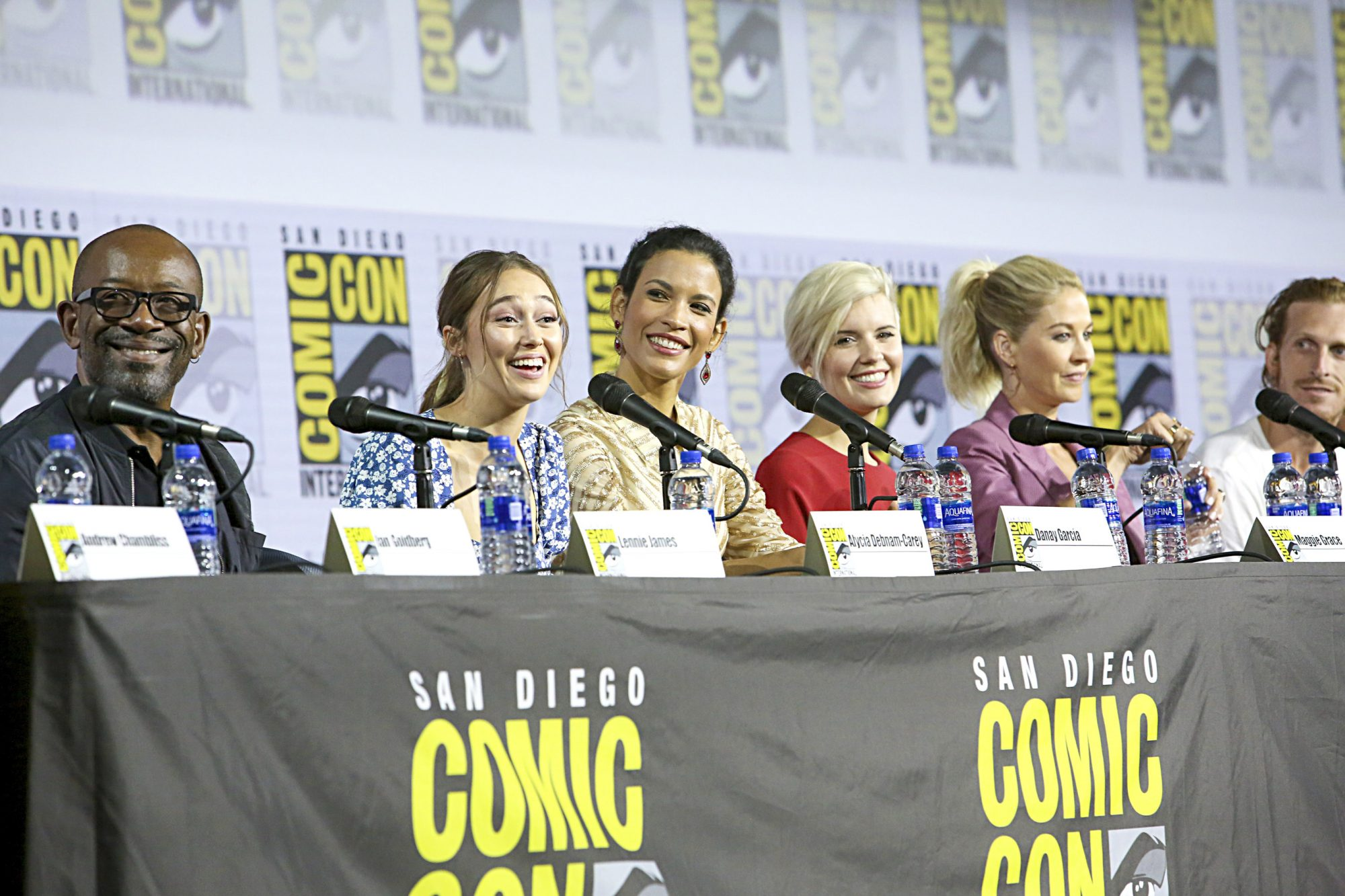 SAN DIEGO, CALIFORNIA - JULY 19: (L-R) Lennie James, Alycia Debnam-Carey, Danay Garcia, Maggie Grace, Jenna Elfman, and Austin Amelio attend the Fear the Walking Dead Panel at Comic Con 2019 on July 19, 2019 in San Diego, California. (Photo by Jesse Grant/Getty Images for AMC)