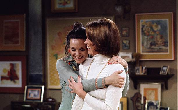 1974: Valerie Harper and Mary Tyler Moore in Rhoda