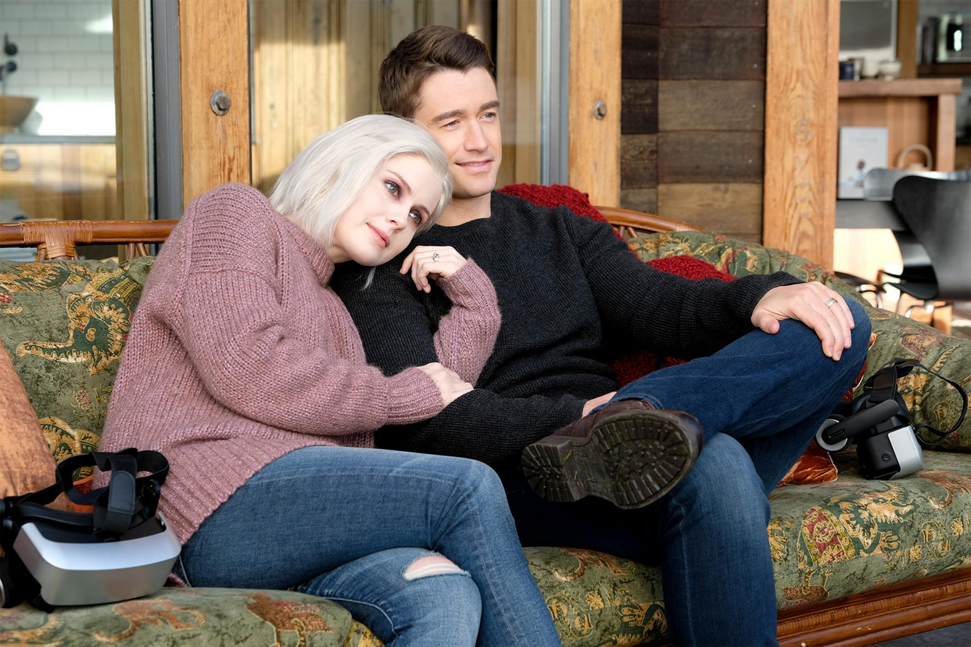"""iZombie -- """"All's Well That Ends Well"""" -- Image Number: ZMB513c_0069b.jpg -- Pictured (L-R): Rose McIver as Liv and Robert Buckley as Major -- Photo Credit: Bettina Strauss/The CW -- © 2019 The CW Network, LLC. All Rights Reserved."""