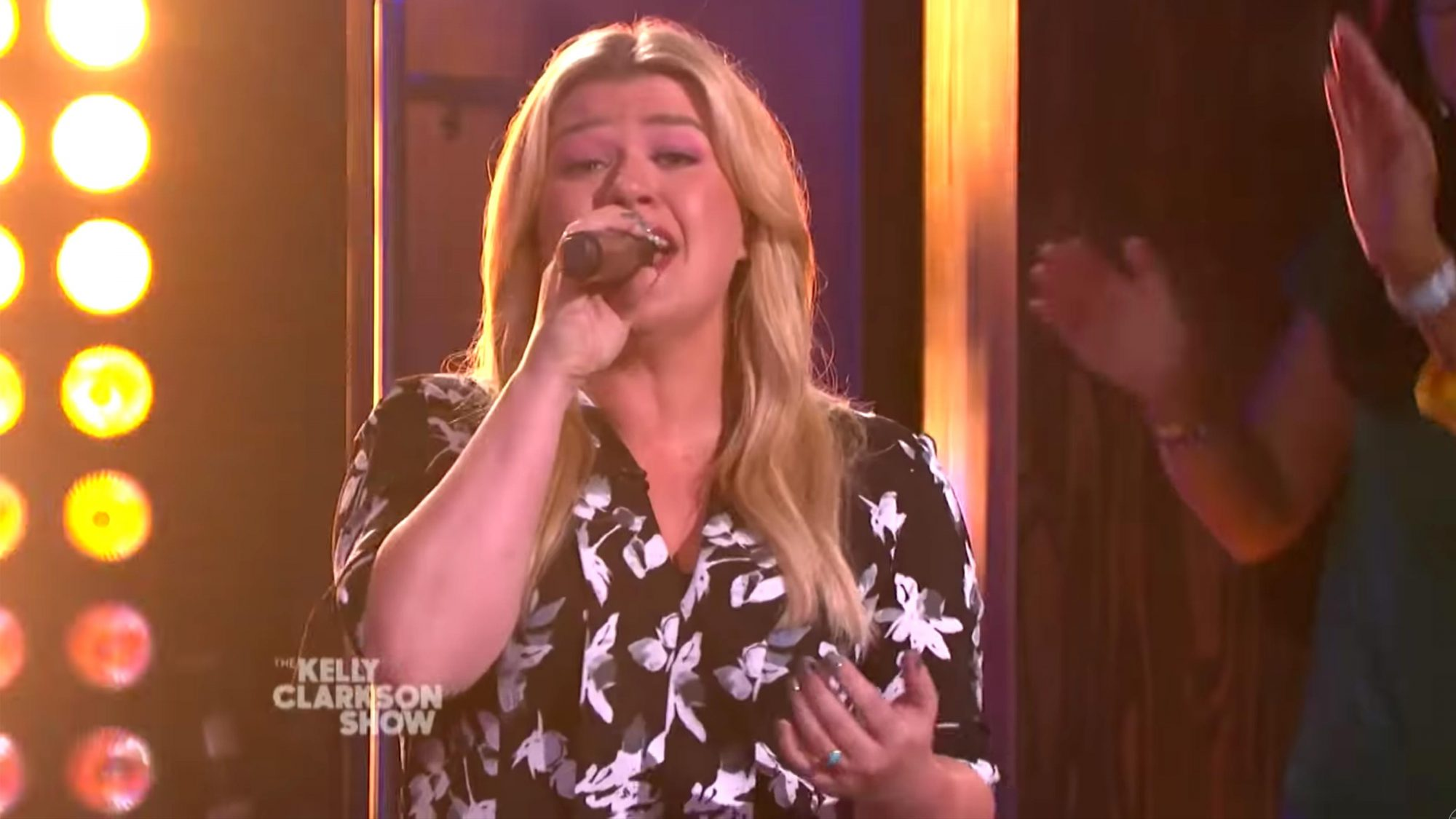 Ain't No Other Man (Christina Aguilera Cover) | Kellyoke | The Kelly Clarkson Show (screen grab) https://www.youtube.com/watch?v=QCGx_0IU_00 CR: NBC