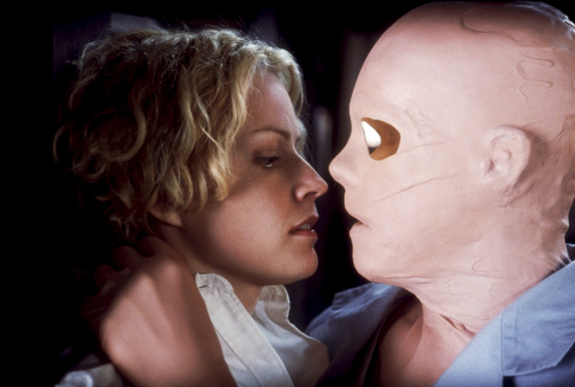 HOLLOW MAN, Elisabeth Shue, Kevin Bacon, 2000, confrontation with invisible man