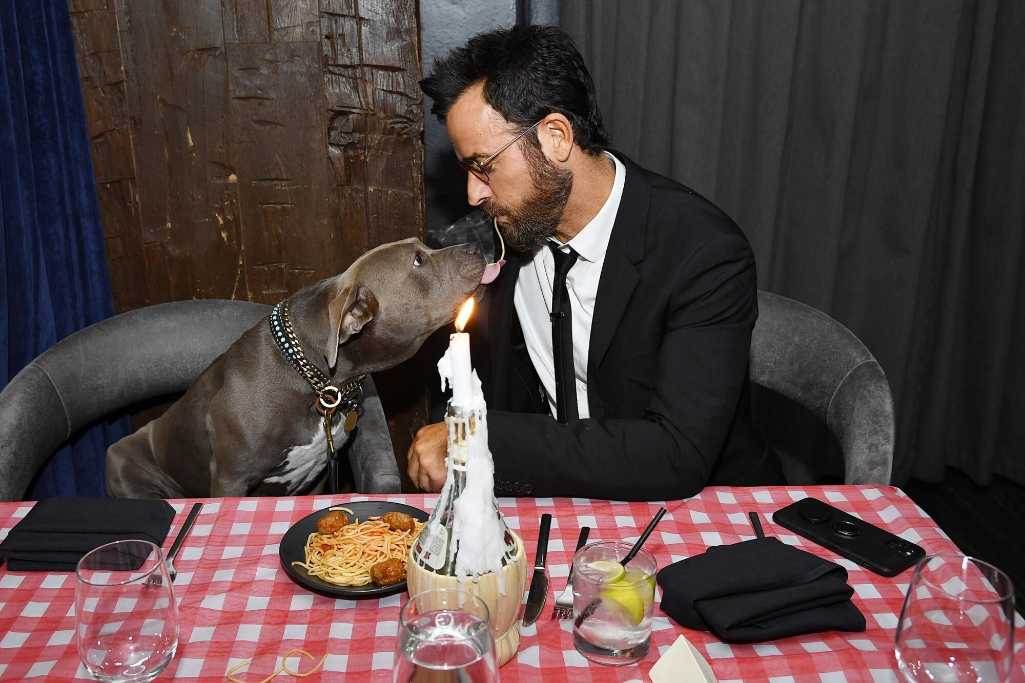 Justin Theroux Recreates Lady And The Tramp Spaghetti Scene With Dog Ew Com