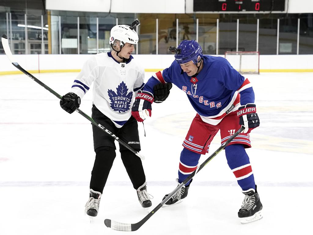 Justin Bieber and host Jimmy Fallon play Hockey