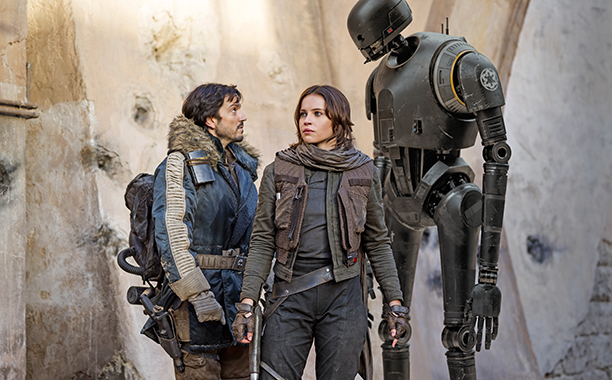ALL CROPS: Rogue One: A Star Wars Story..L to R: Cassian Andor (Diego Luna), Jyn Erso (Felicity Jones) and K-2SO (Alan Tudyk)..Ph: Jonathan Olley..© 2016 Lucasfilm Ltd. All Rights Reserved.
