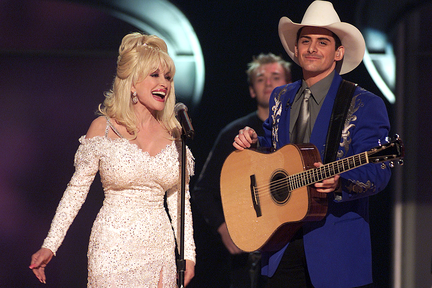 Dolly Parton and Brad Paisley performing a duet at the 43rd Annual Grammy Awards