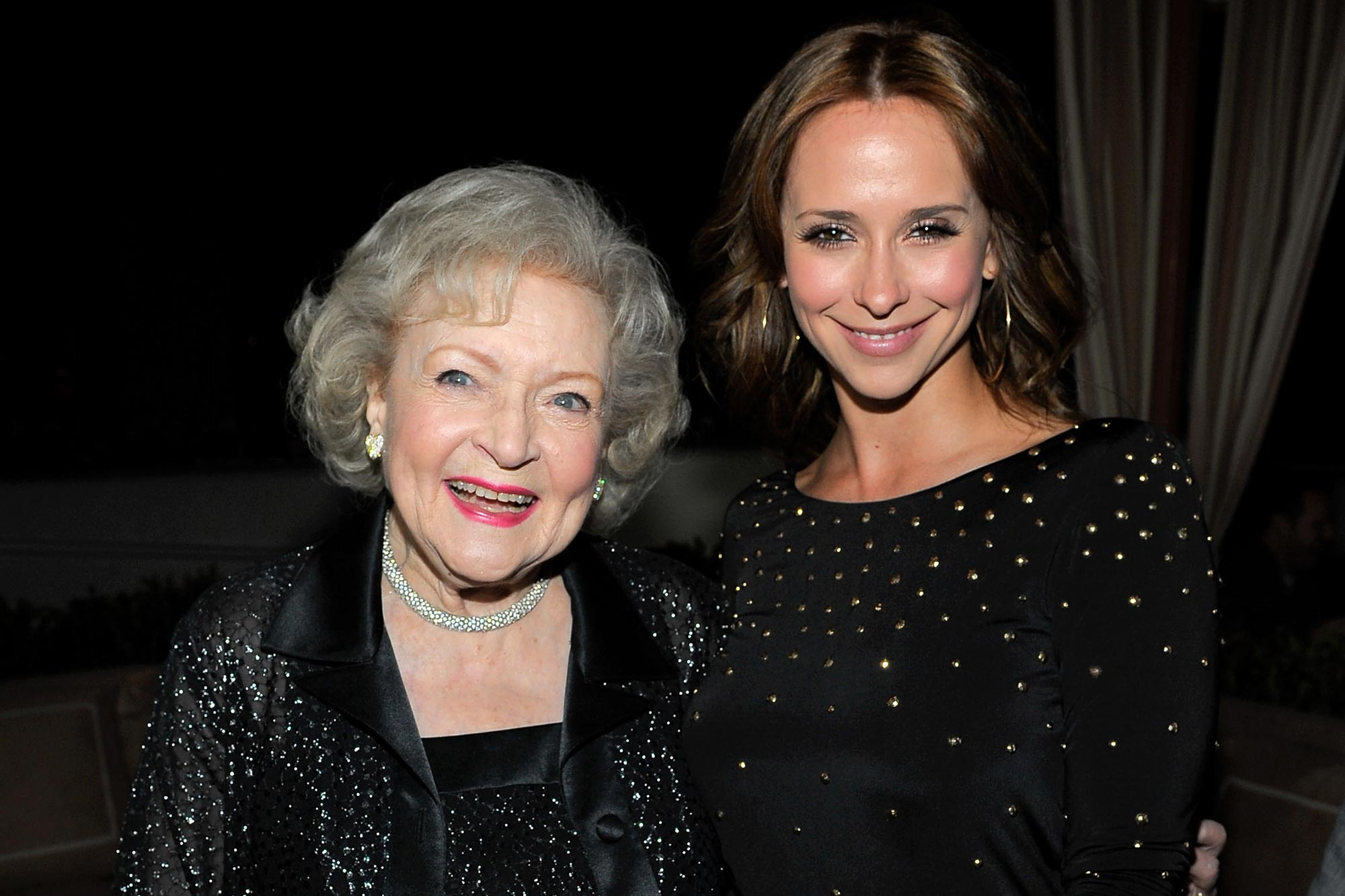 Betty White (L) and Jennifer Love Hewitt
