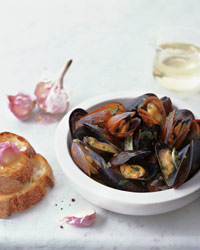 Sauvignon Blanc-Steamed Mussels with Garlic Toasts