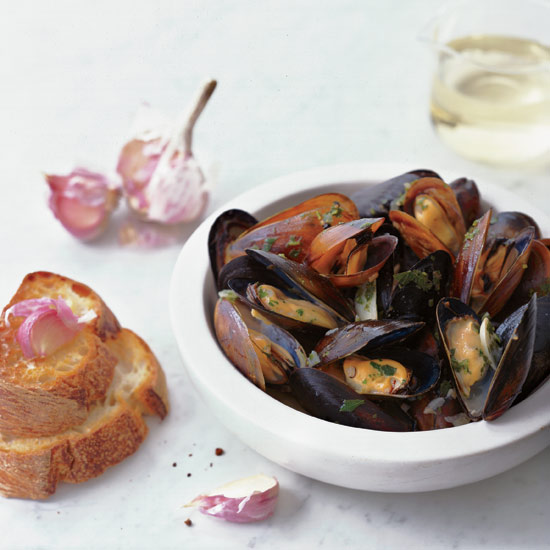 Sauvignon Blanc– Steamed Mussels with Garlic Toasts