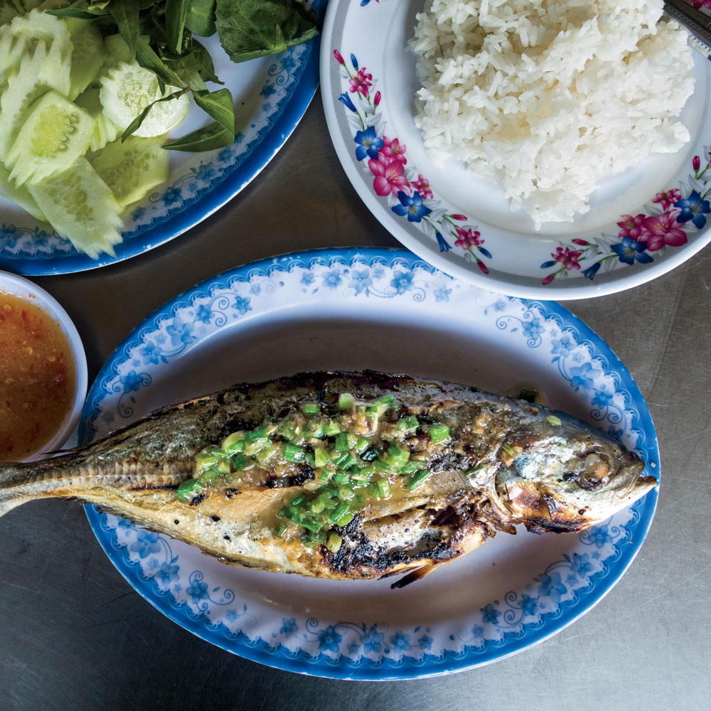 Grilled Mackerel with Garlic Dipping Sauce