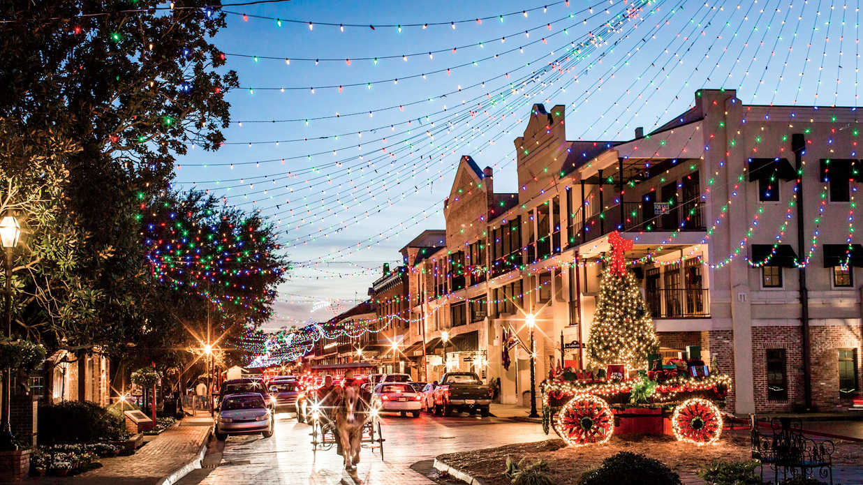 natchitoches-christmas-downtown-southern-living-FT-SYND1216.jpg
