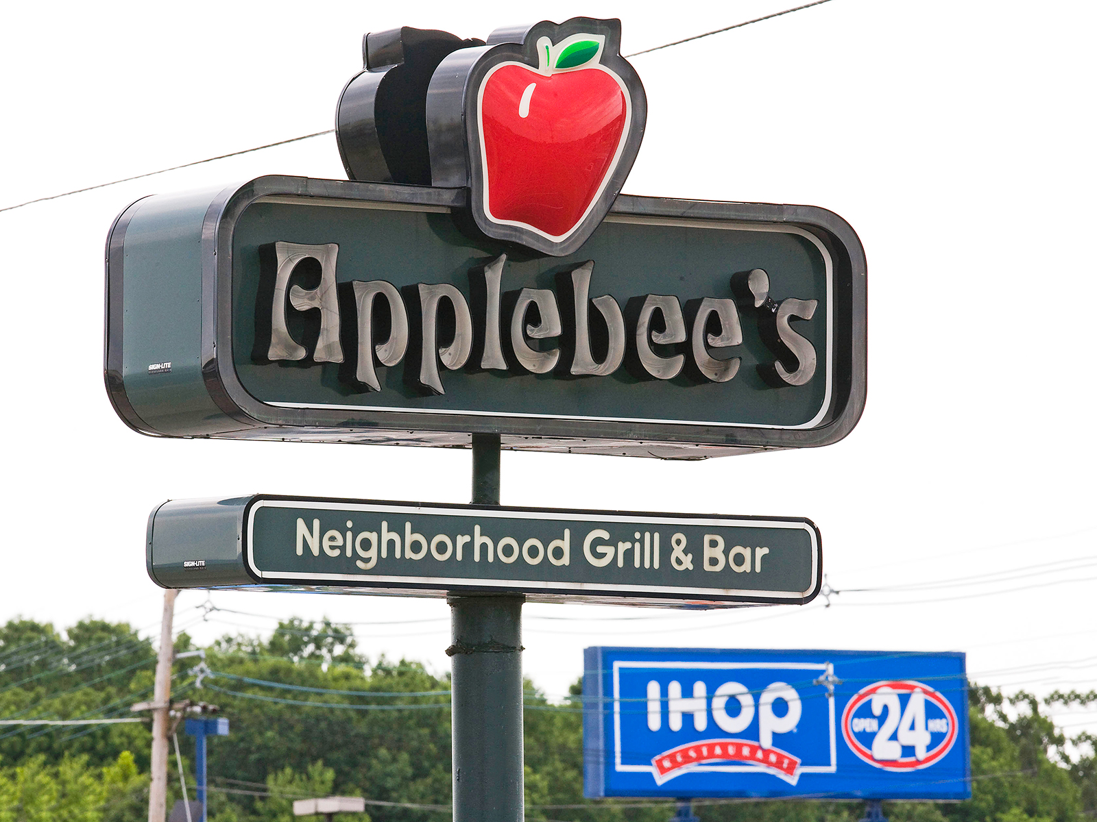 applebees and ihop closes over 100 locations